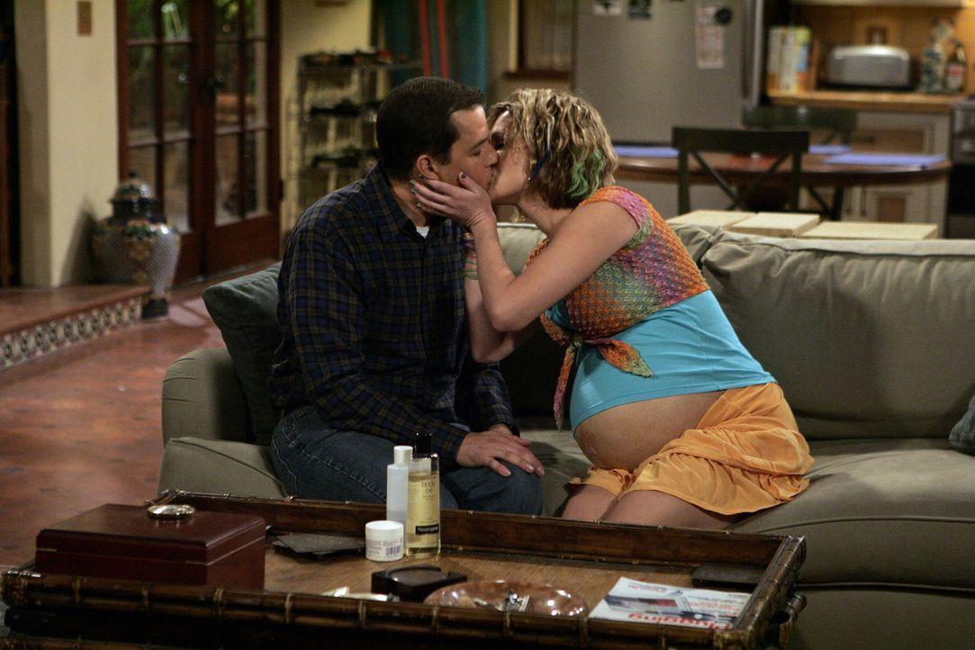 Berta lässt Naomi (Sara Rue, r.) nicht aus den Augen, so dass Alan (Jon Cryer, l.) alles daransetzen muss, Naomi unter dem Deckmantel der Fürsorge... - Bildquelle: Warner Brothers Entertainment Inc.