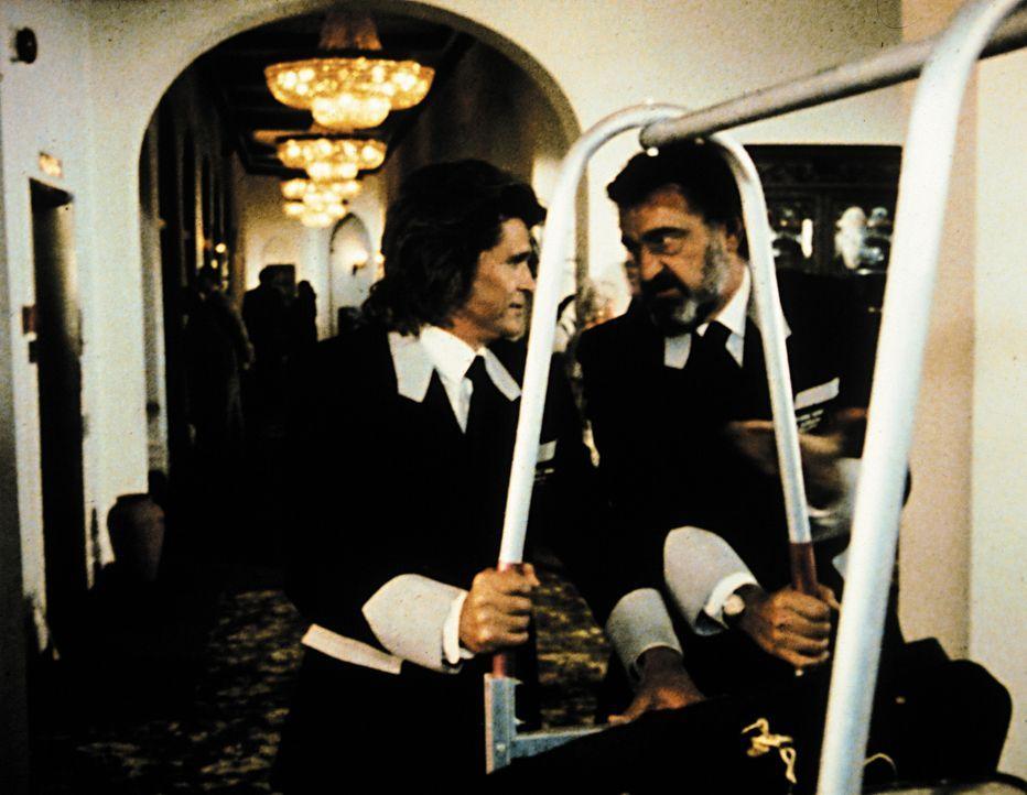 Jonathan (Michael Landon, l.) und Mark (Victor French, r.) müssen diesmal ihren Auftrag als Hotelpagen erfüllen. - Bildquelle: Worldvision Enterprises, Inc.