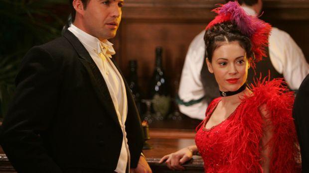 Drake (Billy Zane, l.) und Phoebe (Alyssa Milano, r.) reisen in die Vergangen...