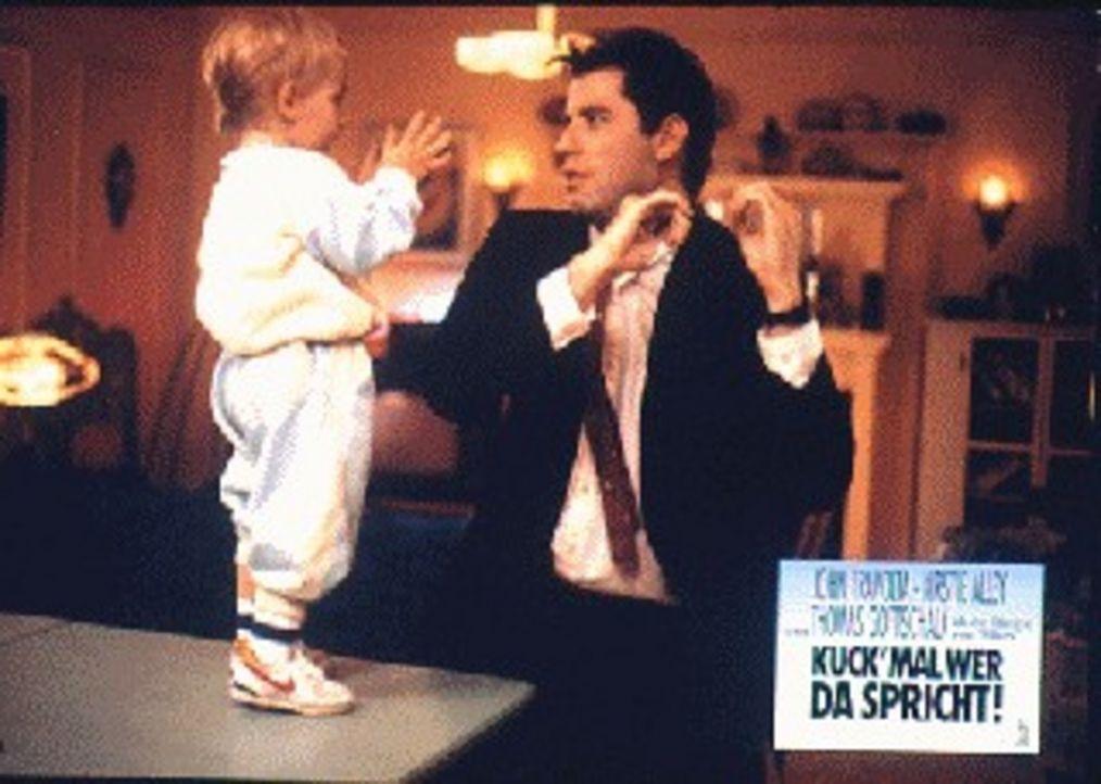 Der sympathische Taxifahrer James (John Travolta, r.) und das Baby Mickey (Jaryd Waterhouse, l.) sind sich einig: Mami Mollie braucht einen Mann und... - Bildquelle: TriStar Pictures