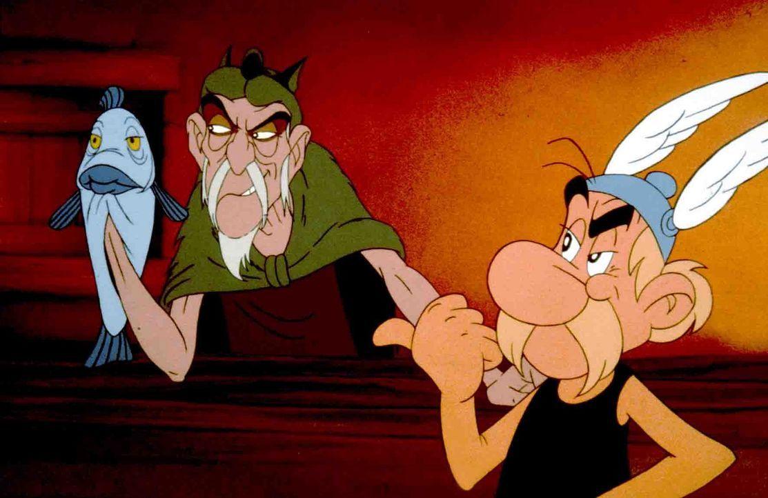 Der betrügerische Seher Lügfix (l.) bringt mit seinen Weissagungen das ganze Dorf in Aufruhr - nur Asterix (r.) behält kühlen Kopf und durchschaut d... - Bildquelle: Jugendfilm-Verleih GmbH