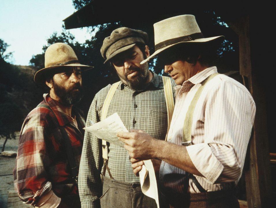 Edwards (Victor French, l.), Yuli (Theodore Bikel, M.) und Charles (Michael Landon, r.) studieren Yulis Steuerbescheid. - Bildquelle: Worldvision