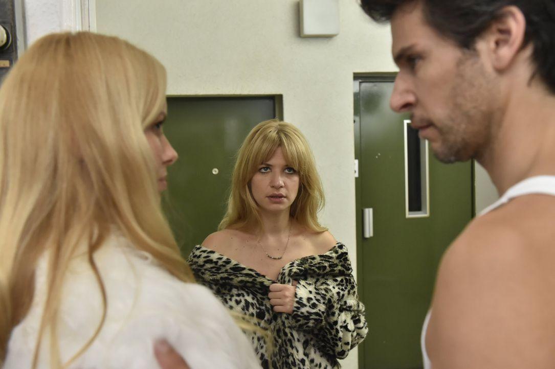 Mila (Susan Sideropoulos, M.) ist bereit zum Sex mit Nick (Florian Odendahl, r.) - muss aber feststellen, dass eine Andere (Sophie Meister, l.) offe... - Bildquelle: Claudius Pflug sixx
