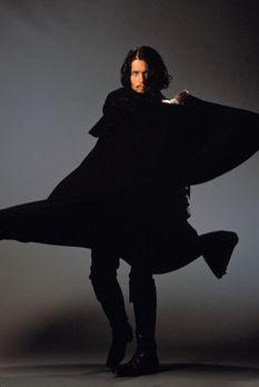 Don Juan DeMarco - Mit schwarzem Umhang und seinem Degen zieht Don Juan (John...