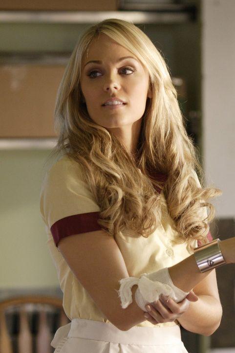 Die Kryptonierin Kara (Laura Vandervoort) hat ihr Gedächtnis verloren und arbeitet jetzt in einem Restaurant als Bedienung. Als Lex sie zurückholen... - Bildquelle: Warner Bros.