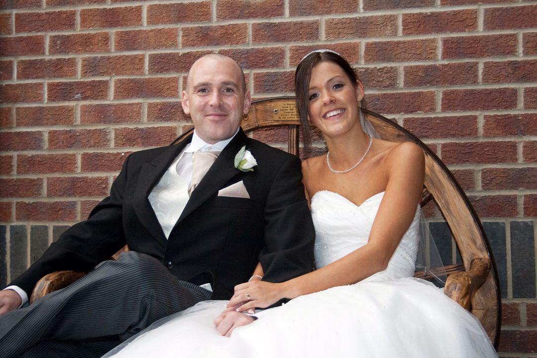 Becky B. (r.) und ihr Mann Dan (l.) wollen beweisen, dass ihre Traumhochzeit das Fest der anderen ganz klar in den Schatten stellt. - Bildquelle: ITV Studios Limited 2010