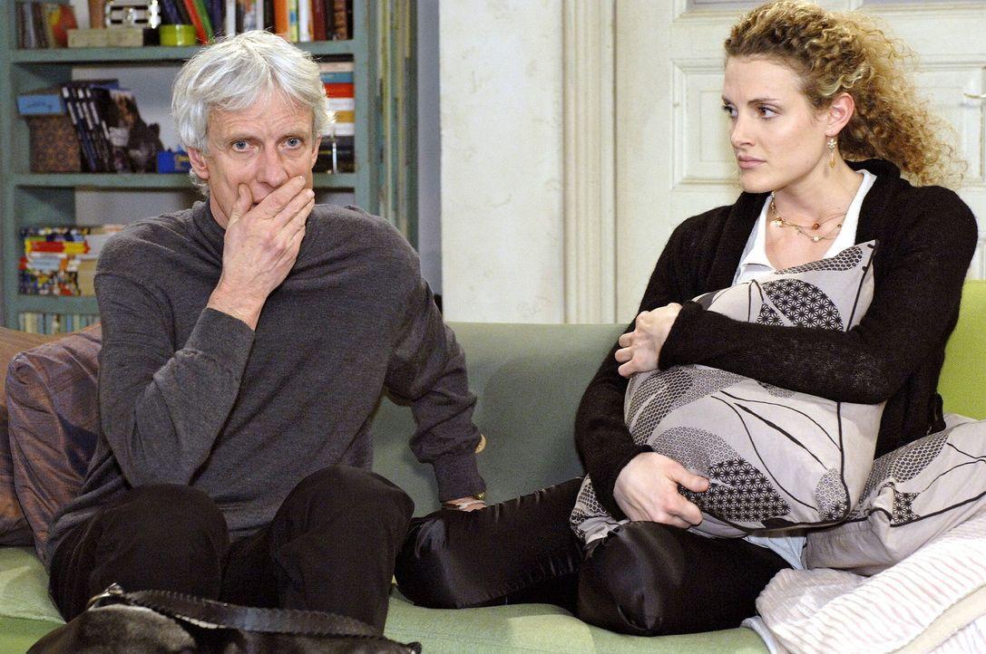 Robert (Mathieu Carrière, l.) erstarrt, als Maja (Barbara Lanz, r.) ihn auf Nataschas Würgemale anspricht. - Bildquelle: Oliver Ziebe Sat.1