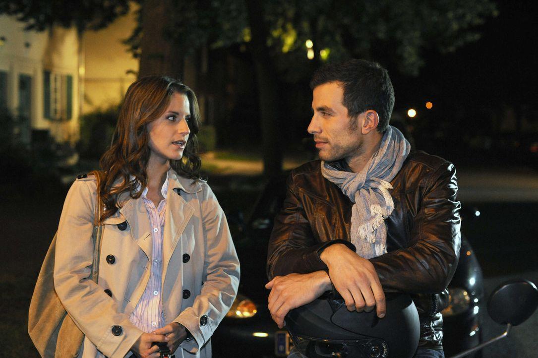 Bea (Vanessa Jung, l.) hat Ben geküsst, sich dann aber von Michael (Andreas Jancke, r.) nach Hause bringen lassen. Dummerweise haben das alle mitbe... - Bildquelle: Christoph Assmann SAT.1