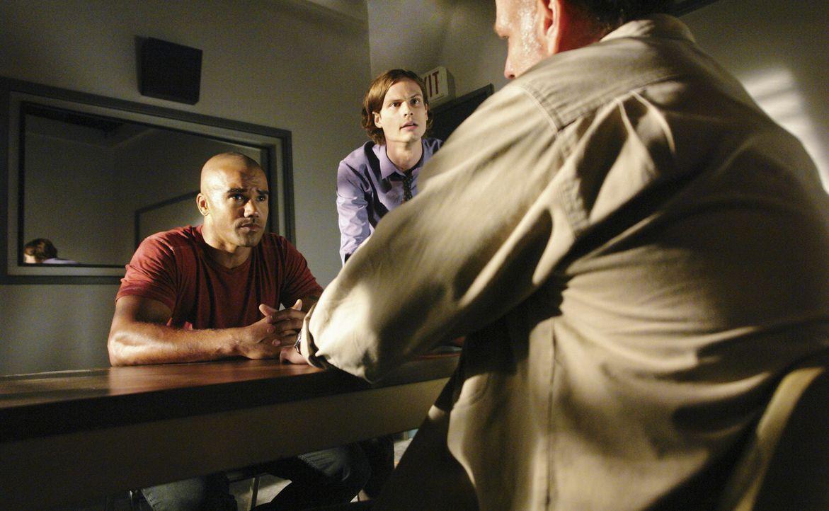Um einen Fall zu lösen, versuchen Reid (Matthew Gray Gubler, M.) und Morgan (Shemar Moore, l.) herauszufinden, ob Lou Jenkins (Brian Goodman, r.) e... - Bildquelle: Touchstone Television