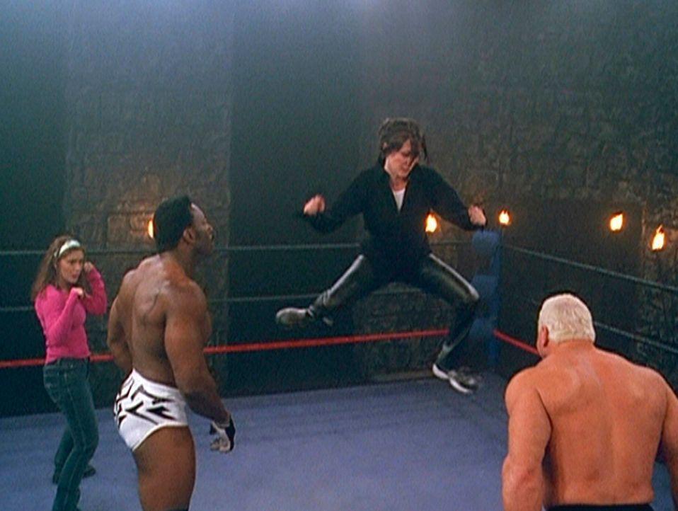 Phoebe (Alyssa Milano, l.) und Prue (Shannen Doherty, 2.v.r.) müssen sich auf einen Kampf mit dämonischen Ringern einlassen ... - Bildquelle: Paramount Pictures