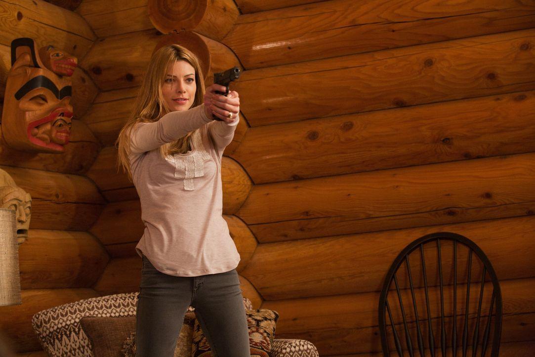 Hat den Auftrag ihren Mann umzubringen: Angie (Lauren German) ... - Bildquelle: 2011  Warner Bros.