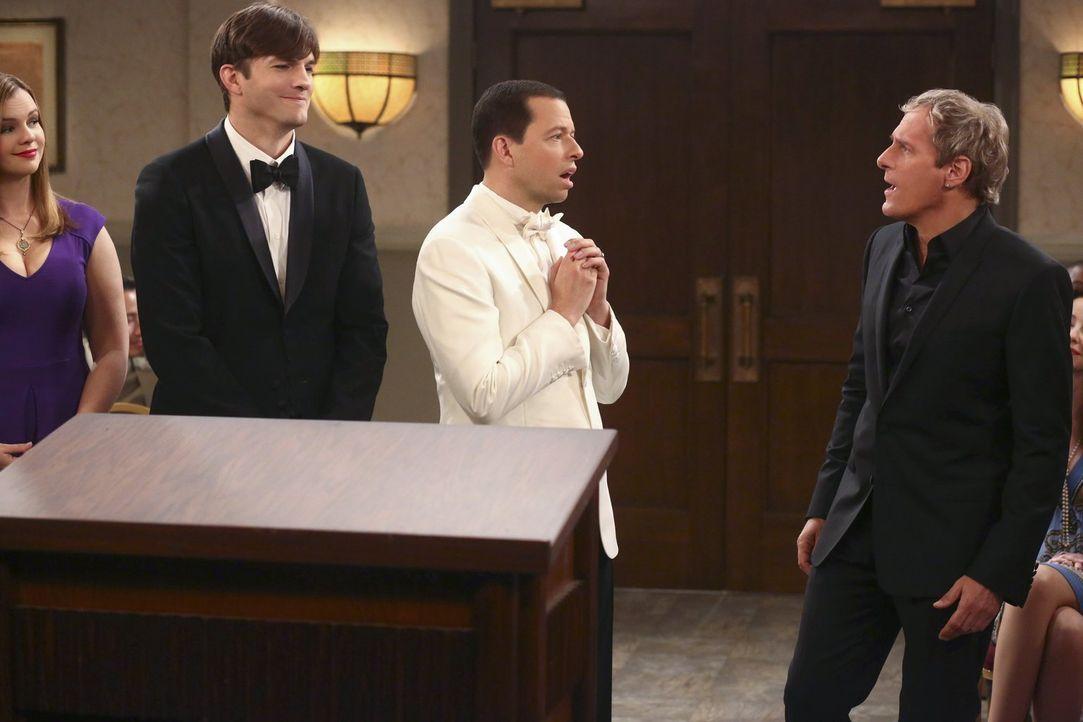 Walden (Ashton Kutcher, 2.v.l.) hat für seinen Ehemann Alan (Jon Cryer, 2.v.r.) eine ganz besondere Überraschung: Michael Bolton (Michael Bolton, r.... - Bildquelle: Warner Brothers Entertainment Inc.