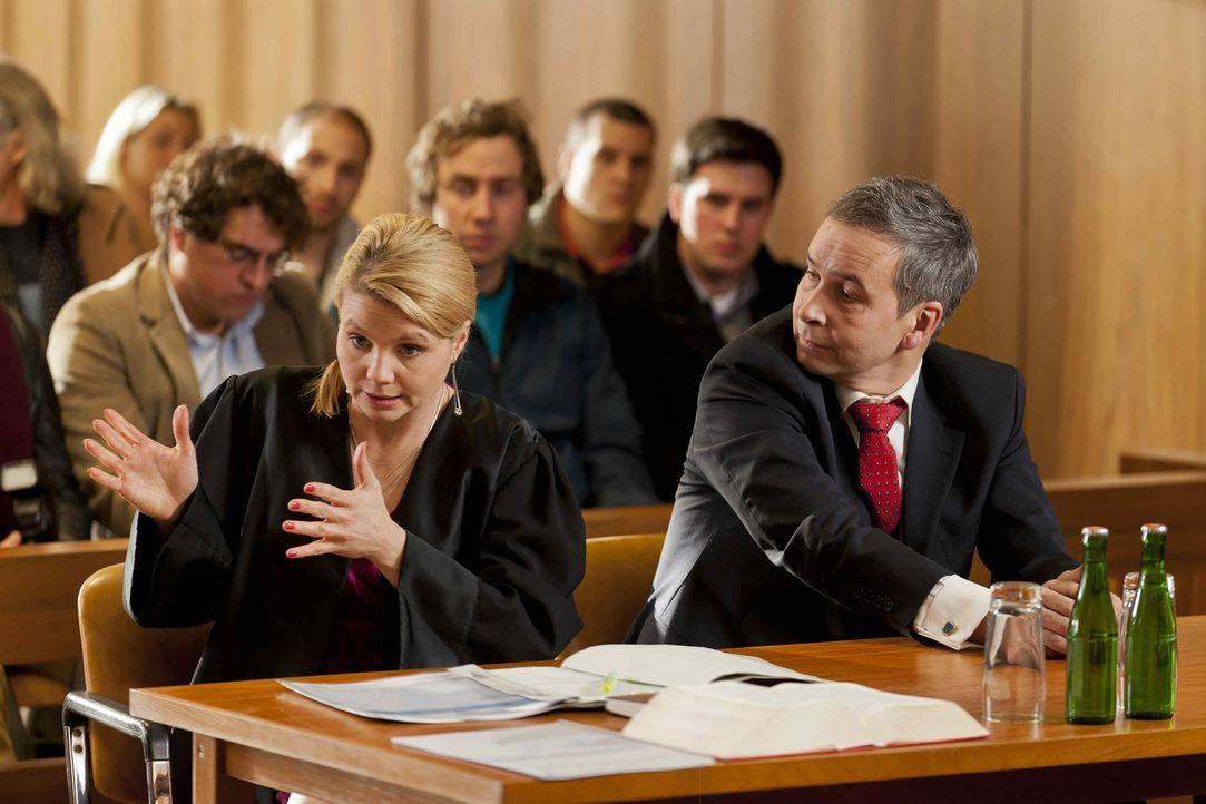 Während Danni (Annette Frier, l.) an einem neuen Fall arbeitet, den ihr Dr. Reiter angeboten hat, kommen ihr Zweifel, ob ihr Mandant Sebastian Binz... - Bildquelle: Frank Dicks SAT.1