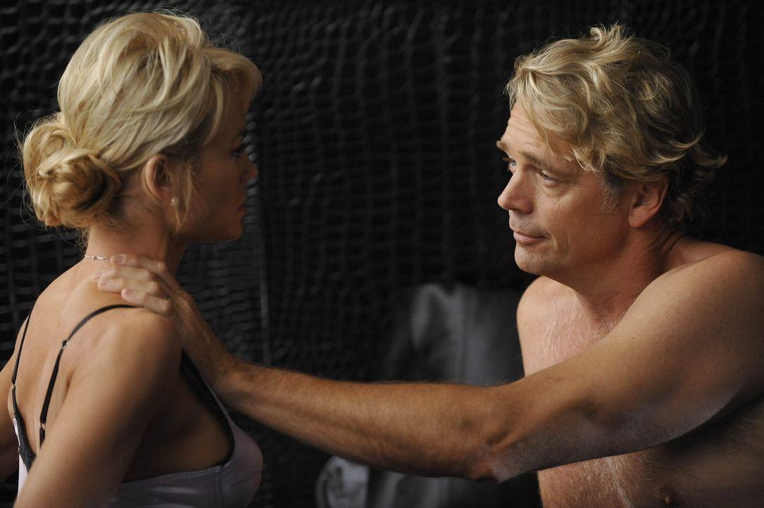 Kimber (Kelly Carlson, l.) muss Platz für Eden machen - da Ram (John Schneider, r.) nun mit ihr zusammen sein möchte ... - Bildquelle: Warner Bros. Entertainment Inc. All Rights Reserved.