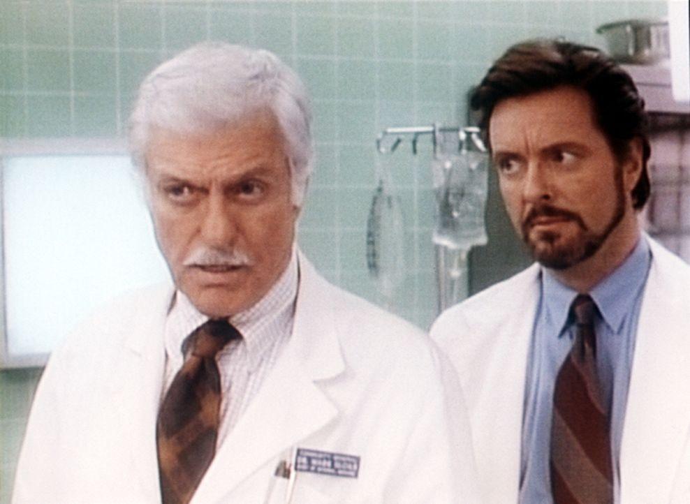 Dr. Sloan (Dick Van Dyke, l.) spielt mit dem Schauspieler Lyle (Ian Ogilvy, r.) eine Rolle in einer Ärzteserie. - Bildquelle: Viacom