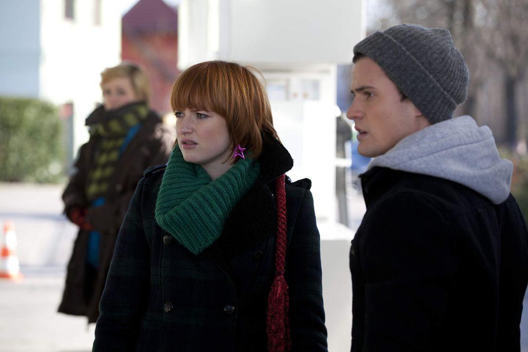 Sophie (Franciska Friede, l.) reagiert wütend auf Luzis Kussgeständnis. Sie kann nicht fassen, dass Timo (Rocco Stark, r.) sie die ganze Zeit belo... - Bildquelle: SAT.1