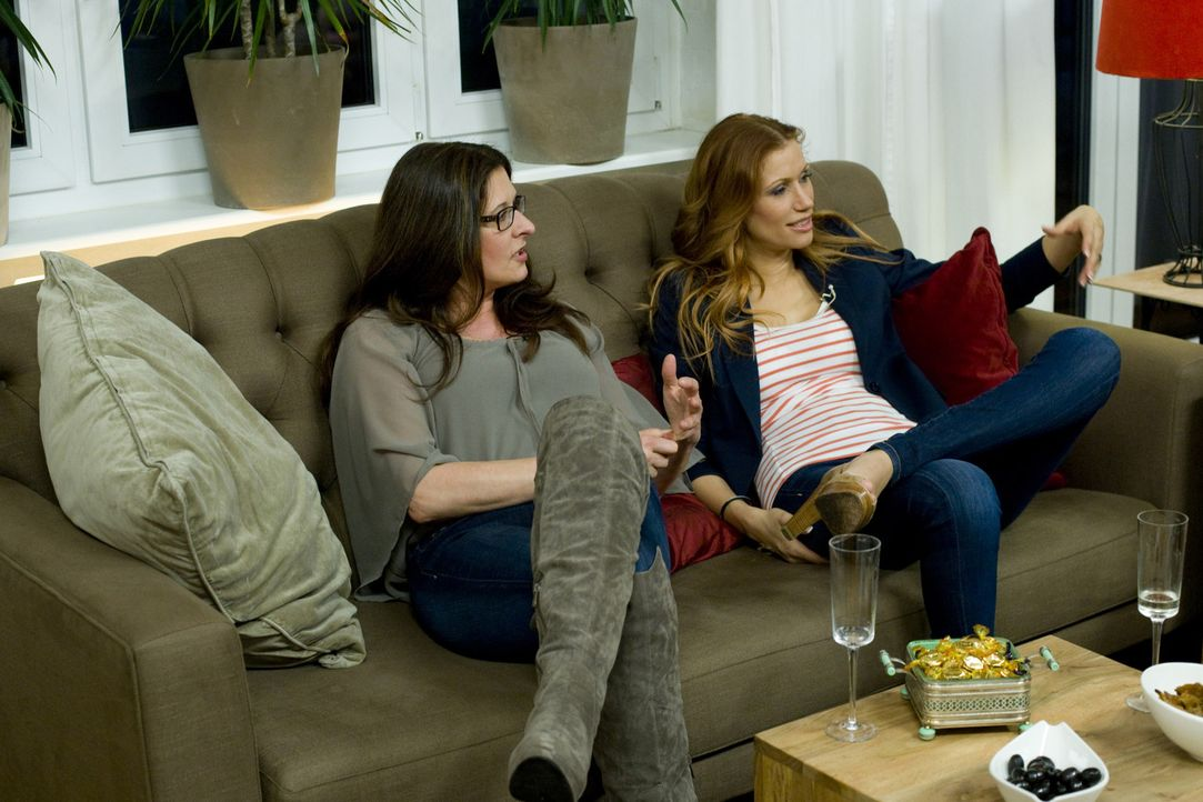 Treffen sich zum Mädelsabend: Yasmina Filali (r.) und Birgit Ehrenberg (l.) ... - Bildquelle: sixx