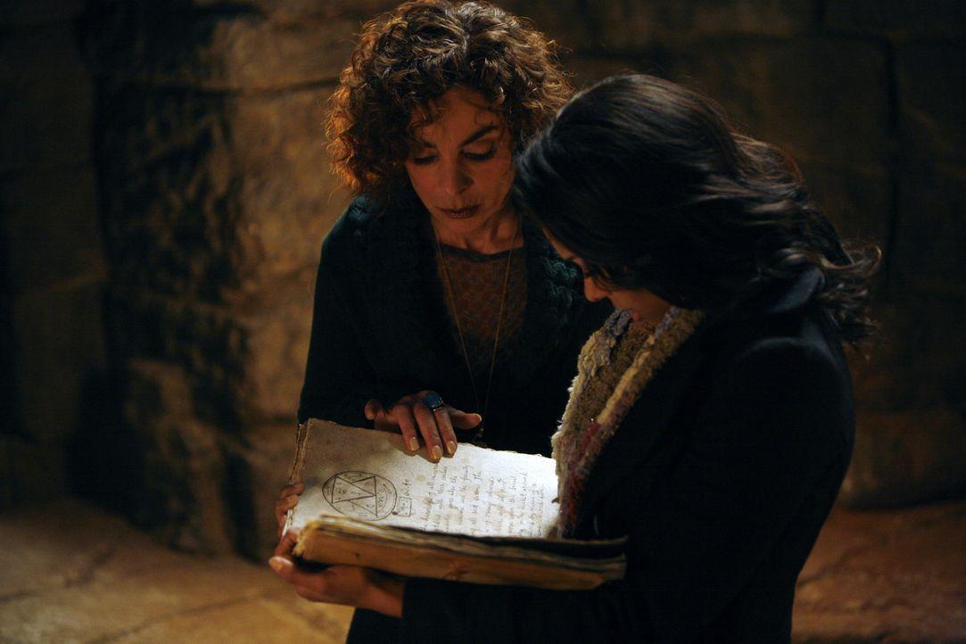 Bonnie (Katerina Graham, r.) wird mit der Hilfe ihrer Großmutter (Jasmine Guy, l.) die Gruft öffnen ... - Bildquelle: Warner Bros. Television