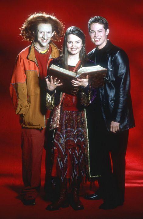 Um Halloweentown zu retten, bleibt Kobold Luke (Phillip Van Dyke, l.), Hexe Marnie (Kimberly J. Brown, M.) und Dylan (Joey Zimmerman, r.) nicht mehr... - Bildquelle: DISNEY