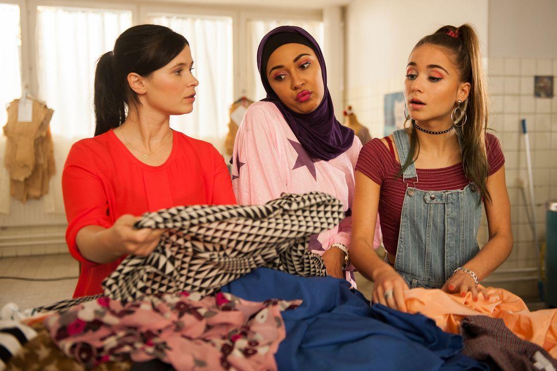 Als Mandy (Anna Fischer, r.) anfängt, mit den Mädchen (Sulaika Lindemann, M. und Cosima Henman, r.) des Viertels unter Zeitdruck an einer neuen Koll... - Bildquelle: Britta Krehl SAT.1