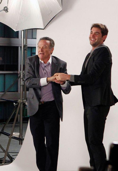 Als Zach (James Wolk, r.) nach einem Fotoshooting als Dank eine Lederjacke von Simon (Robin Williams, l.) geschenkt bekommt, obwohl es Teamarbeit wa... - Bildquelle: 2013 Twentieth Century Fox Film Corporation. All rights reserved.