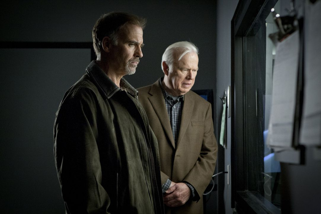 Die Jungs arbeiten mit ihren Mentoren Fred (Kevin Tighe, r.) und Dan (Jeff Fahey, l.), an einem wichtigen Mordfall und sehen in ihren Ratgebern ihre... - Bildquelle: USA Network
