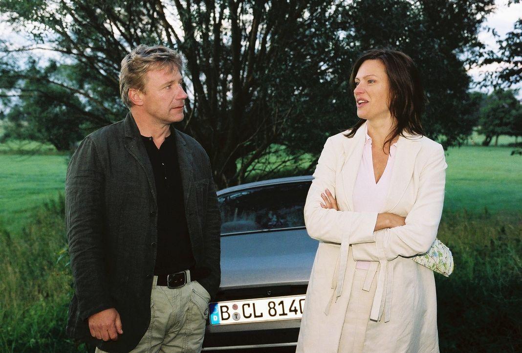 Michaela (Nina Kronjäger, r.) kann kaum glauben, dass Tom (Jörg Schüttauf, l.) ihren Wagen nur wegen einer wandernden Schildkröte angehalten hat! Di... - Bildquelle: Oliver Ziebe Sat.1