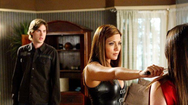 Chris (Drew Fuller, l.) trifft die Phoenix-Hexe Bianca (Marisol Nichols, M.),...