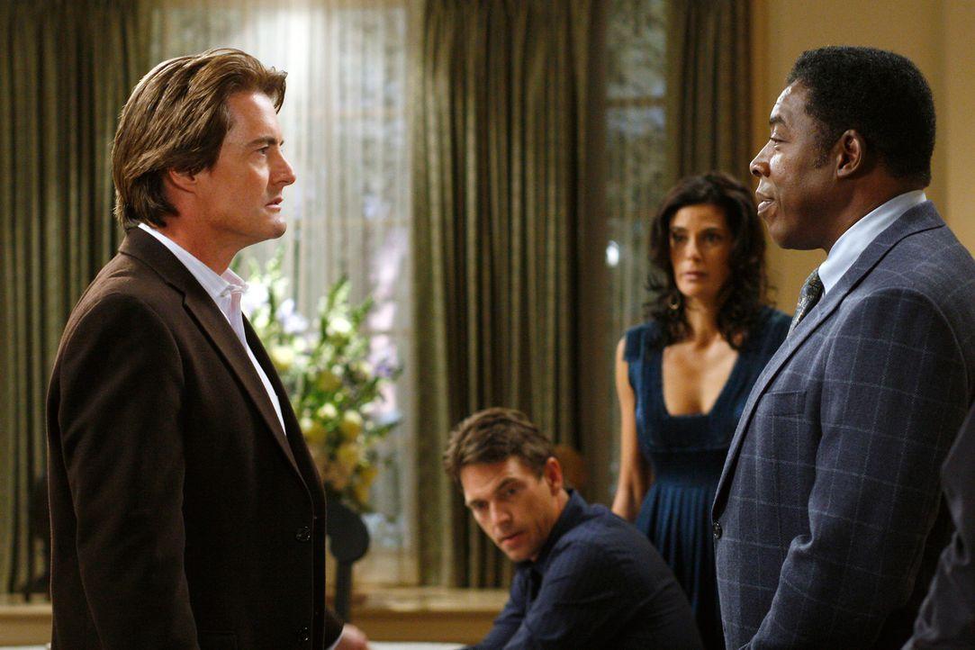 Susan (Teri Hatcher, 2.v.r.) beschließt, der Polizei von Orsons Affäre mit Monique zu berichten, um Mike zu entlasten. Als dann die Polizei (Ernie H... - Bildquelle: 2005 Touchstone Television  All Rights Reserved