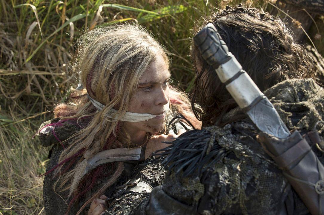 Um Clarke (Eliza Taylor, l.) für sich zu haben, übertritt die Eisnation sogar die Grenze zum Waldvolk und ruft damit zum Krieg auf ... - Bildquelle: 2014 Warner Brothers
