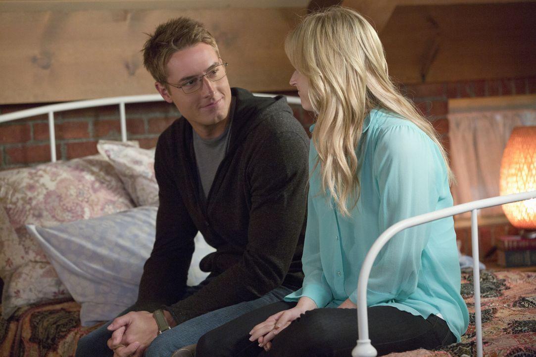 Zwischen Will (Justin Hartley, l.) und Emily (Mamie Gummer, r.) hat sich eine richtig gute Freundschaft entwickelt. - Bildquelle: Jack Rowand 2012 The CW Network, LLC. All rights reserved.