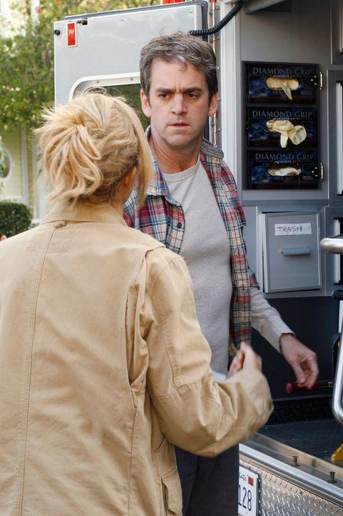 Vom schlechten Gewissen geplagt, möchte sich Lynette (Felicity Huffman, l.) bei Art (Matt Roth, r.) entschuldigen, doch er stößt sie weg ... - Bildquelle: 2005 Touchstone Television  All Rights Reserved