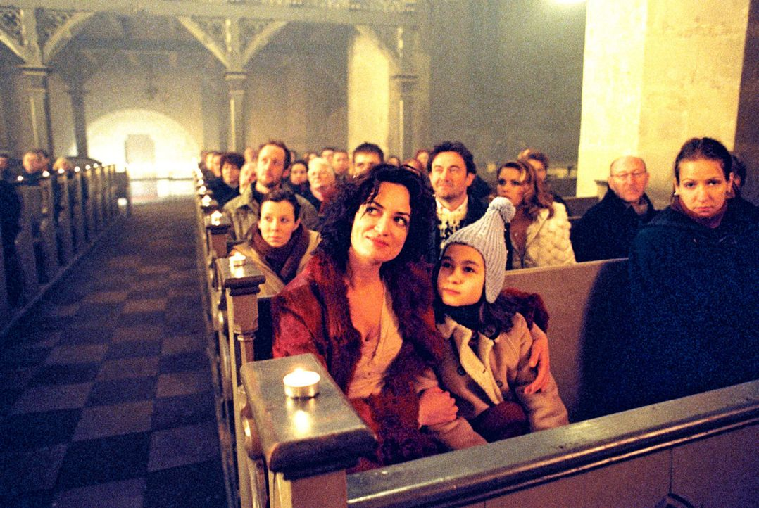 Lena (Cara Wiedtke, r.) ist aus dem Koma erwacht und glaubt, dass Weihnachten ist. Maria (Natalia Wörner, l.), ihre Mutter hat ihr versprochen, dass... - Bildquelle: Gordon Mühle Sat.1