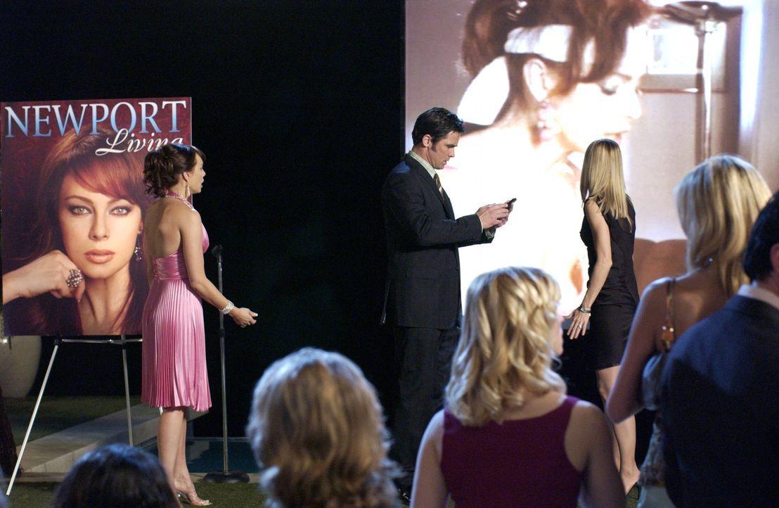 Bei Julies (Melinda Clarke, l.) großer Präsentationsparty rächt sich Lance bei ihr. Kirsten (Kelly Rowan, r.) und Carter (Bill Campbell, M.) sind... - Bildquelle: Warner Bros. Television