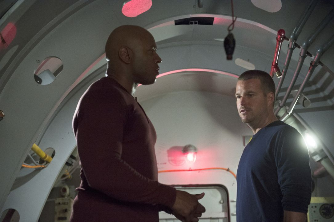 Sam (LL Cool J, l.) und Callen (Chris O'Donnell, r.) werden von Terroristen in einem präparierten U-Boot eingeschlossen, mit dem ein Flugzeugträger... - Bildquelle: 2014 CBS Broadcasting, Inc. All Rights Reserved.