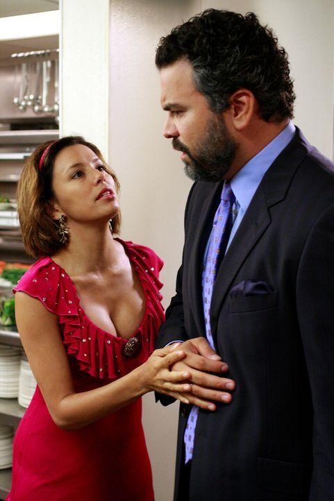 Gabrielle (Eva Longoria, l.) erhält eine Einladung zur Geburtstagsparty einer reichen Bürgerin Fairviews, und freut sich sehr darüber. Da Carlos (Ri... - Bildquelle: ABC Studios