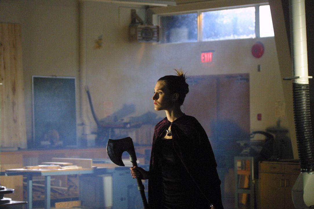 Mutig irrt Victoria (Julie Pedersen) durchs Schulhaus - sie ahnt nicht, welche Begegnung sie gleich machen wird ... - Bildquelle: Regent Entertainment