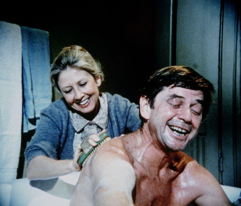 Olivia (Michael Learned, l.) und John (Ralph Waite, r.) bereiten sich auf ihren ganz besonderen Tag vor. - Bildquelle: WARNER BROS. INTERNATIONAL TELEVISION