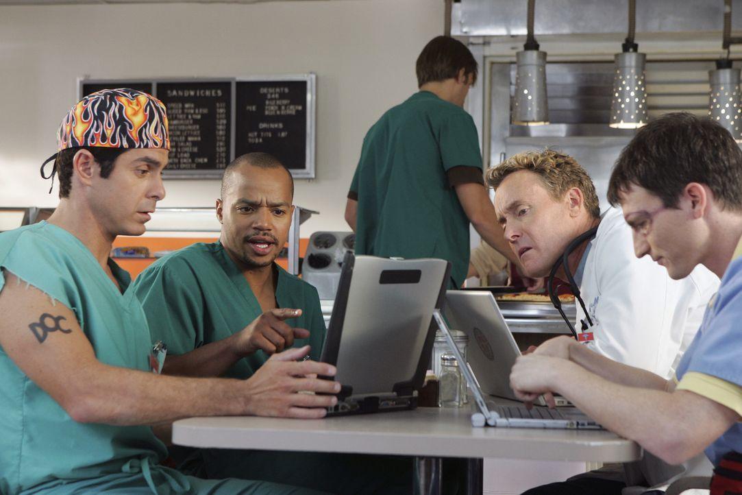 Auf einer Website können die Patienten ihre Ärzte bewerten. Zwischen Todd (Robert Maschio, l.), Turk (Donald Faison, 2.v.l.), Dr. Cox (John C. McGin... - Bildquelle: Touchstone Television
