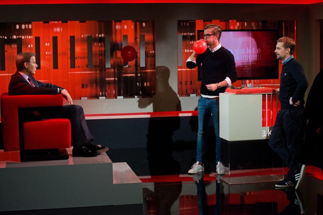 Zum 20-Jahre-Jubiläum statten Joko Winterscheidt (M.) und Klaas Heufer-Umlauf (r.) dem dienstältesten Moderator bei SAT.1, Ulrich Meyer (l.), einen... - Bildquelle: Oliver Ziebe SAT.1
