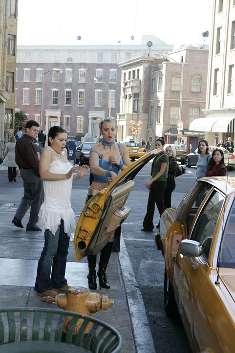 Als Billie (Kaley Cuoco, vorne r.) einen Gürtel findet und anprobiert, verwandelt sie sich in eine Art Supergirl. Phoebe (Alyssa Milano, vorne l.)... - Bildquelle: Paramount Pictures