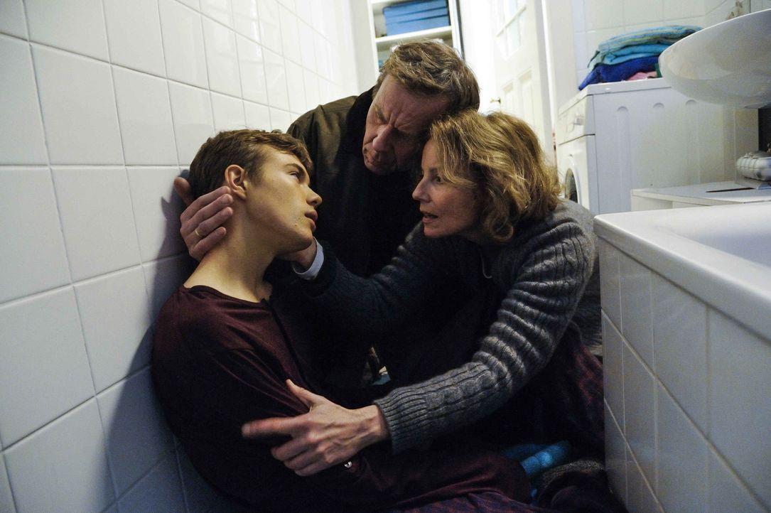 Als Frank (Valentino Fortuzzi, l.) klar wird, dass seine Eltern Regina (Carina Wiese, r.) und Peter Regener (Jörg Pose, M.) an der Endlosigkeit sein... - Bildquelle: Hardy Spitz SAT.1