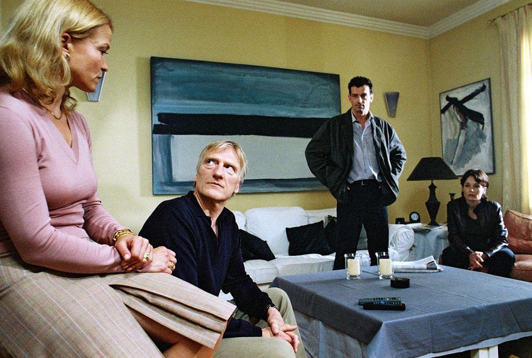 Hauptkommissar Steiner (Thomas Sarbacher, 2.v.r.) und Elke Wagenknecht (Anke Sevenich, r.) konfrontieren Peter (Ernst Stötzner, 2.v.l.) und Charlott... - Bildquelle: Thomas Kost Sat.1