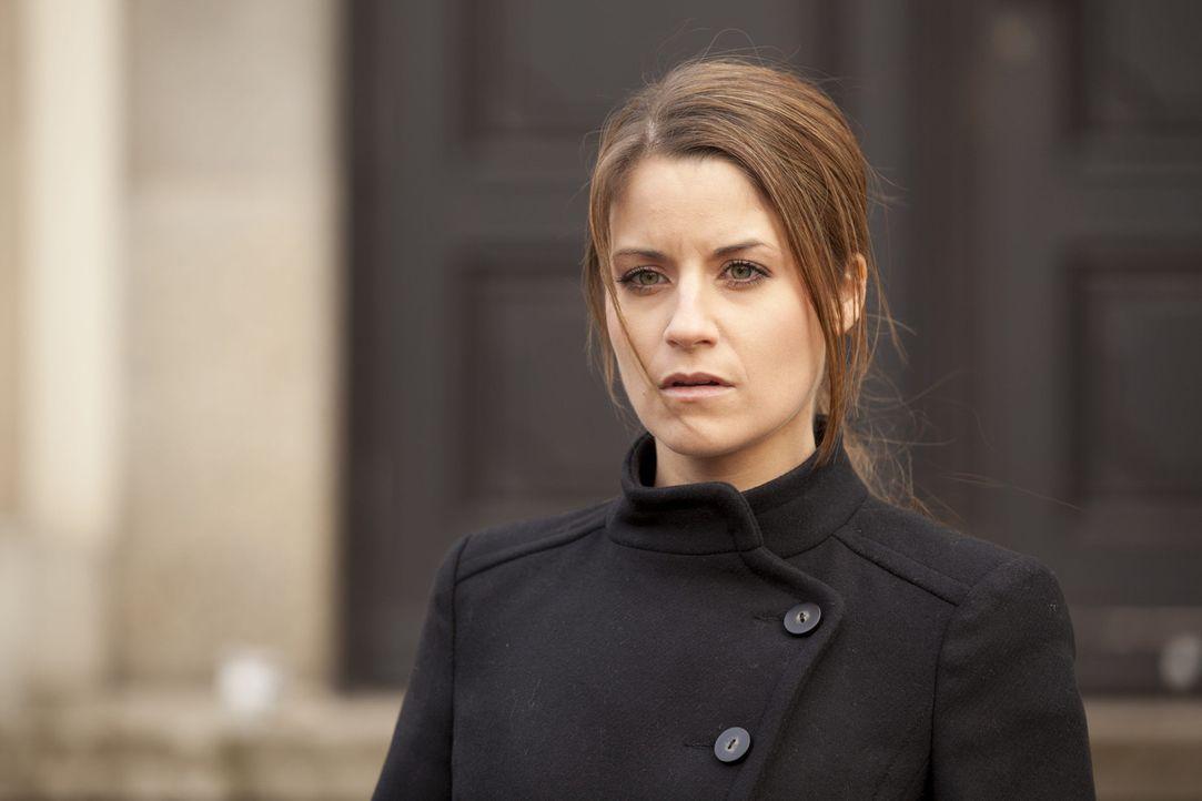 Beas (Vanessa Jung) Anwesenheit bei Franziskas Beerdigung provoziert beinahe einen Eklat ... - Bildquelle: SAT.1