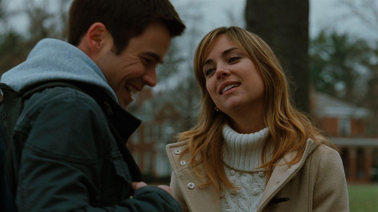 Elizabeth Mitchum (Jessica Stroup, r.) ist aufgeregt, weil sie am bevorstehenden Wochenende Mikes (Matt Long, l.) Eltern kennenlernen soll. - Bildquelle: 2008 Homecoming The Movie LLC. All rights reserved