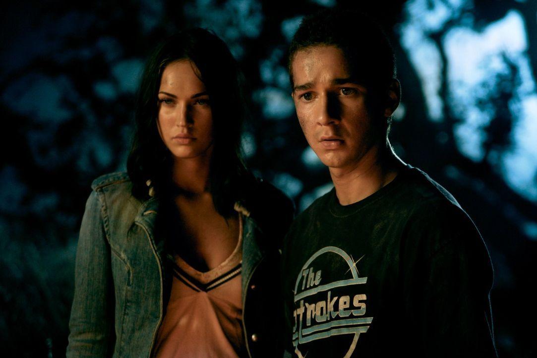 Sam (Shia LaBeouf, r.) würde alles für die schöne Mikaela (Megan Fox, l.) geben. Mit seinem neuen Auto, stehen die Chancen nicht schlecht, denn d... - Bildquelle: 2008 DREAMWORKS LLC AND PARAMOUNT PICTURES CORPORATION. ALL RIGHTS RESERVED.