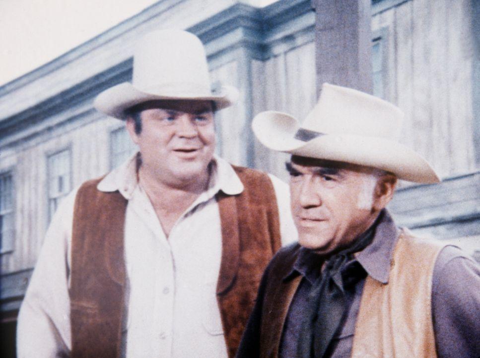 Noch ahnt Ben (Lorne Greene, r.) nicht, dass sich Hoss (Dan Blocker, l.) auf ein Spielchen eingelassen hat und dabei sein soeben gekauftes Pferd ver... - Bildquelle: Paramount Pictures