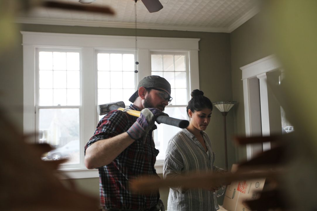 Lex (r.) und ihr Projektmanager Trey (l.) machen sich an die Arbeit. Immerhin muss das alte Haus der Blaneys viel Geld einbringen, damit sie sich da... - Bildquelle: 2015,HGTV/Scripps Networks, LLC. All Rights Reserved