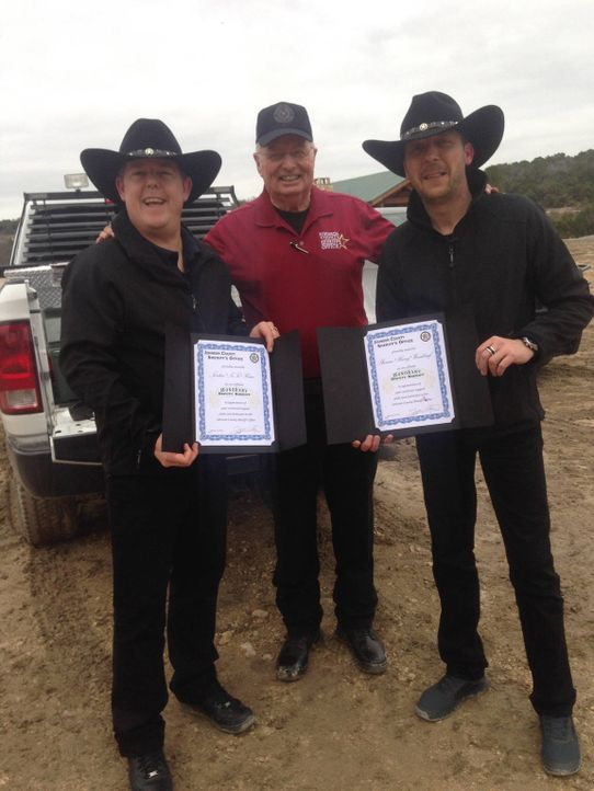 """Als ehrenamtliche """"Deputy Sheriffs"""" können Toto (l.) und Harry (r.) in Texas zeigen, was sie können ... - Bildquelle: kabel eins"""