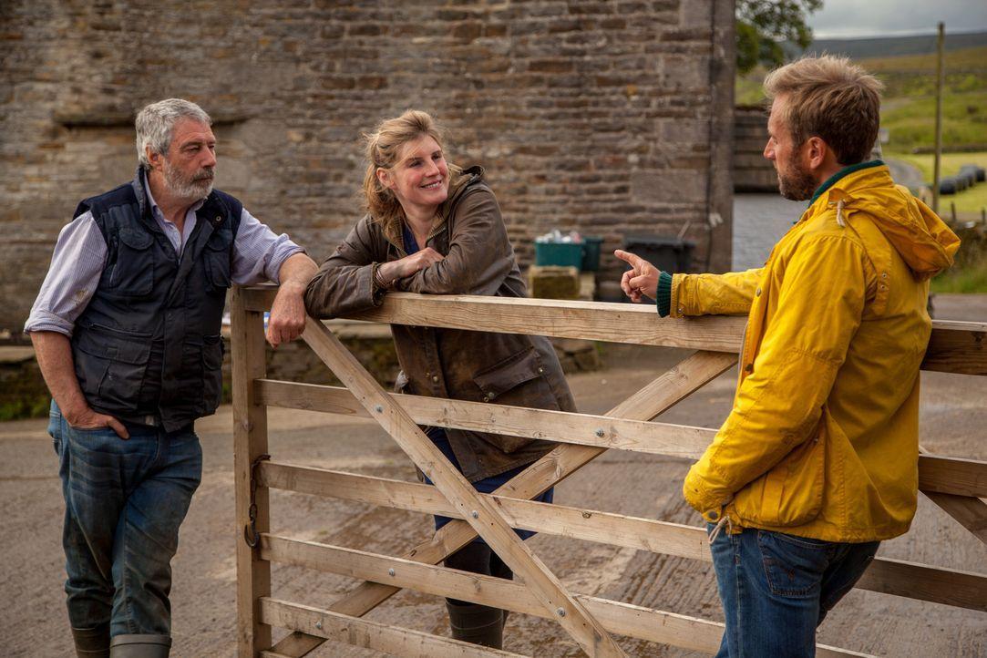 Natürlich brennt Ben (r.) darauf, zu erfahren, wie sich Amanda (M.) und Clive (l.) überhaupt kennengelernt haben ... - Bildquelle: 2015 BBC / Renegade Pictures